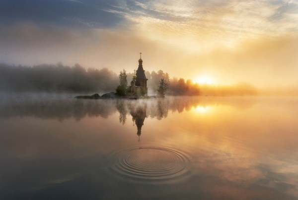 Храм на берегу реки туманным утром